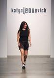NOWY JORK, WRZESIEŃ - 06: Projektant Katya Leonovich chodzi pas startowego Zdjęcia Royalty Free