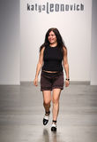 NOWY JORK, WRZESIEŃ - 06: Projektant Katya Leonovich chodzi pas startowego Obrazy Stock