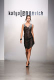 NOWY JORK, WRZESIEŃ - 06: Model chodzi pas startowego dla Katya Leonovich wiosny lata 2015 pokazu mody Obrazy Stock