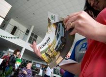 Nowy katalog samochodowy Skoda Kodiaq w rękach gość Obraz Stock
