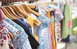 Nowy kolorowy rocznik sukni obwieszenie na poręczu przy rynkiem Zdjęcia Stock