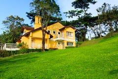Nowy koloru żółtego dom Zdjęcia Stock