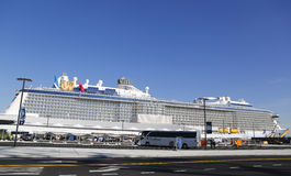 Nowy Królewski Karaibski statku wycieczkowego kwant morza dokujący przy przylądek swobody rejsu portem przed inauguracyjną podróż Zdjęcie Stock