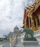 Nowy Królewski pawilon w Tajlandia, Ruen Yod Bar Mungkalanusaranee pawilon na zielonym gazonie pod jaskrawym niebieskim niebem Zdjęcia Stock