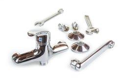 Nowy kuchenny faucet z wyrwaniami Hydraulika pojęcie fotografia stock