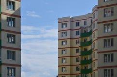 Nowy lub ostatnio uzupełniający kondygnacja budynek mieszkalny z Rosyjski typ domowy buildin obraz royalty free