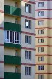 Nowy lub ostatnio uzupełniający kondygnacja budynek mieszkalny z Rosyjski typ domowy buildin zdjęcie stock
