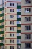Nowy lub ostatnio uzupełniający kondygnacja budynek mieszkalny z Rosyjski typ domowy buildin zdjęcia stock