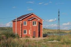 Nowy ludnościowy dom na wsi od czerwonej cegły Zdjęcia Stock