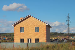 Nowy ludnościowy storeyed dom na wsi od cegły Zdjęcia Royalty Free