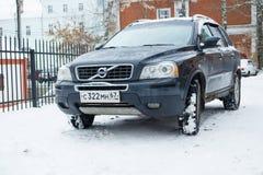 Nowy luksusowy Volvo XC 90 parkujący w zimy ulicie Zdjęcia Royalty Free