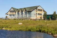 Nowy mały hotel na jeziornym banku w lecie Obrazy Stock
