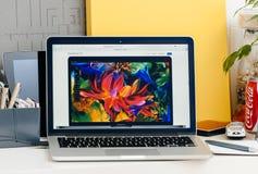 Nowy MacBook Pro siatkówki dotyka bar z szerokim gamut pokazem Obraz Stock