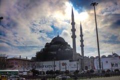 Nowy meczet I ruch drogowy na autostradzie Eminonu Istanbuł zdjęcia stock