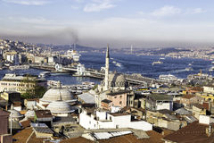 Nowy meczet, Yeni Cami z Galata i Bosphorus bridżowym pobliskim Złotym rogiem w Istanbuł, Turcja Fotografia Royalty Free