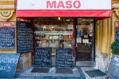 Nowy miasteczko Praga. Masarka sklep - tradycyjny miejsce zakupów mieszczuchy świeży mięso i kiełbasy. Zdjęcie Royalty Free