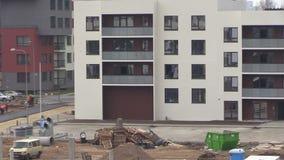 Nowy mieszkanie dom, pracownik z hełma czystym okno i zdjęcie wideo