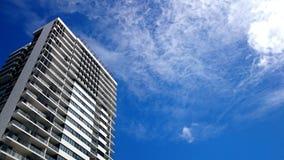 Nowy mieszkaniowy budynek mieszkaniowy i niebieskie niebo fotografia stock
