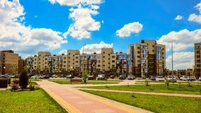 Nowy mieszkaniowy sąsiedztwa ` Ulitka, ślimaczka `/ Uliczny parking na zewnątrz wewnętrznego mieszkaniowi jardy fotografia stock