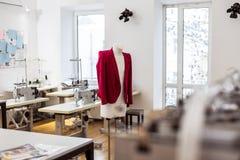Nowy model kurtka dla kobiet wiesza przedstawiającego w sali wystawowej zdjęcia royalty free