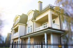 Nowy niedokończony chałupa dom z metalu dachem, podeszczową rynną i balkonem, Komin i wentylacja zdjęcia stock