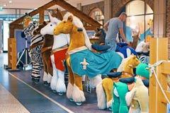 Nowy niemiecki trend dla dzieci, w ten sposób - nazwani «Inline zwierzęta w centrum handlowym, nowożytni kołysa końscy zwierzęta  zdjęcia royalty free
