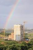 Nowy nowożytny blokowy multistory dom na zmroku - niebieskiego nieba tło w cztery kolorach: czerwień, pomarańcze, popielaty i bia Zdjęcie Royalty Free