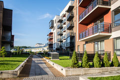 Nowy nowożytny kompleks apartamentów w Vilnius, Lithuania, nowożytnego niskiego wzrosta budynku europejski kompleks z plenerowymi obrazy stock