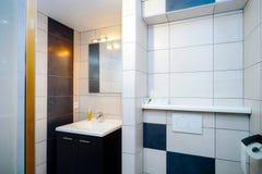 Nowy nowożytny wc z douche w mieszkaniu obrazy stock