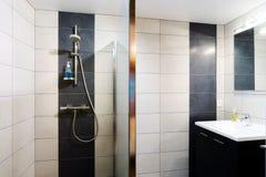 Nowy nowożytny wc z douche w mieszkaniu zdjęcia stock
