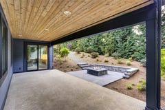 Nowy nowożytny dom uwypukla podwórka z patiem Obrazy Stock