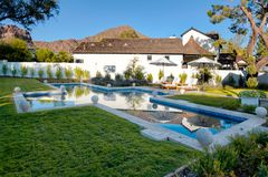 Nowy Nowożytny klasyka domu podwórka basen Fotografia Royalty Free