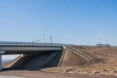 Nowy nowożytny samochodu most na tle niebieskie niebo Obrazy Royalty Free