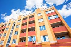 Nowy nowożytny budynek mieszkaniowy przeciw niebieskiemu niebu Zdjęcia Stock