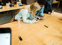 Nowy opóźniony Jabłczany iPhone SE smartphone od komputer apple Obrazy Royalty Free