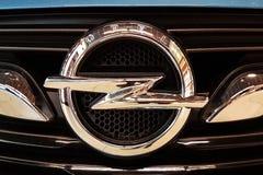 Nowy Opel emblemata kruszcowy zbliżenie obrazy royalty free
