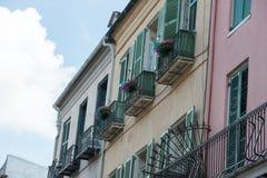 NOWY ORLEAN, los angeles - KWIECIEŃ 13: Ulica w dzielnicie francuskiej Nowy Orlean, Luizjana pokazuje historycznych buldings z un obraz stock