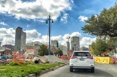 NOWY ORLEAN, los angeles - STYCZEŃ 2016: Miasto ruch drogowy na pięknym sunn obraz royalty free