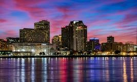 Nowy Orleans przy półmroku jaskrawym niebem fotografia stock