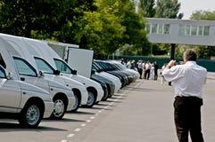 Nowy, ostatnio pochodzący od konwejerów samochodów stoi z rzędu Zdjęcia Royalty Free