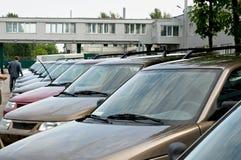 Nowy, ostatnio pochodzący od konwejerów samochodów stoi z rzędu Obraz Stock