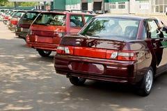 Nowy, ostatnio pochodzący od konwejerów samochodów stoi z rzędu Obraz Royalty Free