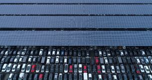 Nowy parking samochodowy i ciężarówka z panelem słonecznym zdjęcia stock