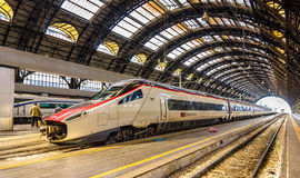 Nowy Pendolino szybkościowy przechyla pociąg przy Milano Centrala stacją kolejową Zdjęcia Stock