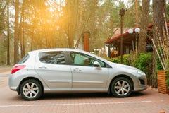 Nowy Peugeot 308 parkujący wewnątrz blisko domu Fotografia Royalty Free