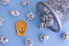 nowy pomysł Siwieję miął papierowe piłki stacza się z kubeł na śmieci Obrazy Stock