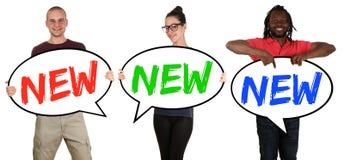 Nowy promocyjny ogłoszenie robi zakupy szczęśliwych młodzi ludzie trzyma mowę zdjęcie stock
