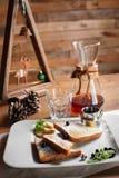 Nowy Rok śniadanie grzanek z jagodami, syropem i kawą, fotografia royalty free
