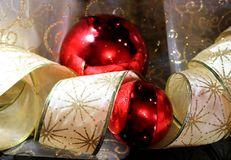 nowy rok, Boże Narodzenia dekoracje świąteczne ekologicznego drewna Ornamenty nowego roku ` s świerczyna Złocisty faborek czerwon Zdjęcie Stock