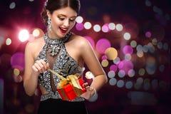 Nowy Rok, boże narodzenia, valentines dzień, urodziny, ludzie i wakacje pojęcie, - uśmiechnięta kobieta w sukni z prezenta pudełk fotografia stock